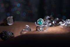 Самоцветы, ювелирные изделия, Daimond, серебр золота, рубиновые vavluable кольца presen Стоковые Изображения RF