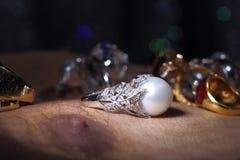 Самоцветы, ювелирные изделия, Daimond, серебр золота, рубиновые vavluable кольца presen Стоковое Фото