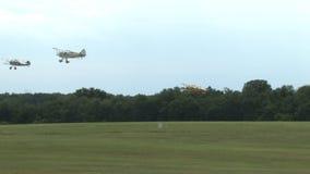 3 самолета принимают в поле видеоматериал