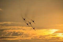 5 самолетов летая на заход солнца Стоковая Фотография RF