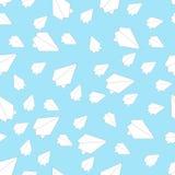 Самолеты белой бумаги в голубом небе бесплатная иллюстрация