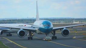 Самолеты буксируя от обслуживания акции видеоматериалы