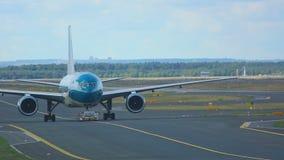 Самолеты буксируя от обслуживания сток-видео
