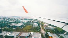 Самолеты летая над городом Сингапура перед приземляться акции видеоматериалы