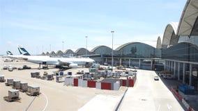 Самолеты на авиапорте Гонконга сток-видео