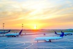 Самолеты на авиапорте стоковые изображения