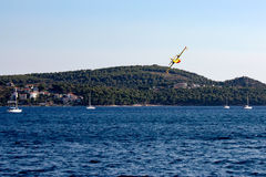 Самолеты пожаротушения в Хорватии стоковые изображения