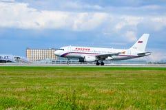 Самолет аэробуса A319 авиакомпаний Rossiya едет на взлётно-посадочная дорожка после прибытия от международного аэропорта Pulkovo  Стоковое фото RF