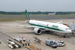Самолет Алиталиа на гудронированном шоссе авиапорта Стоковые Изображения RF