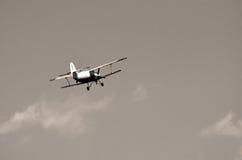 Самолет-биплан в небе Стоковые Фотографии RF