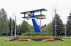 Самолет-биплан памятника - светлый самолет Стоковое Фото