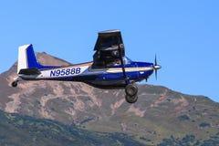 Самолет Буша жителя Аляски летая голубые небеса Стоковые Фотографии RF