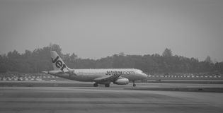 Самолет двигателя на взлётно-посадочная дорожка на авиапорте в Сайгоне, Вьетнаме Стоковое фото RF