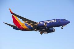 Самолет двигателя рекламы Southwest Airlines 737 Стоковые Фотографии RF