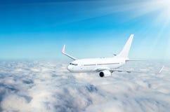 Самолет в небе над высотой солнца путешествием полета облаков Стоковое Фото