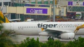 Самолет ездя на такси после приземляться акции видеоматериалы