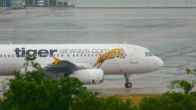 Самолет ездя на такси после приземляться видеоматериал