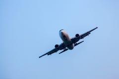 Самолет летания на голубом небе Стоковая Фотография