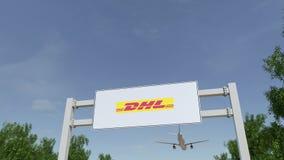 Самолет летая над афишей рекламы с логотипом DHL срочным Редакционное 3D представляя зажим 4K иллюстрация вектора