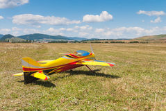 Самолет желтого цвета RC модельный на взлётно-посадочная дорожка стоковые изображения rf