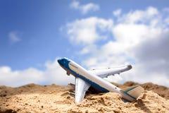 Самолет игрушки поднимает от пляжа песка против голубого неба с cl Стоковые Фотографии RF