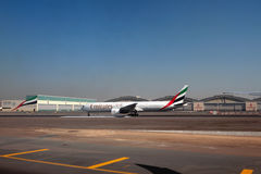 Самолет компании A6-EMX эмиратов, Боинга 777 на авиапорте Дубай, UAE Стоковое Изображение RF