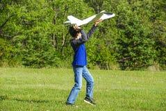 Самолет мальчика бросая Стоковая Фотография