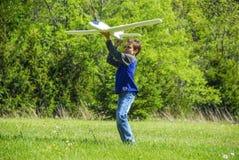 Самолет мальчика бросая Стоковая Фотография RF