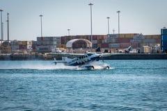 Самолет моря приземляется около грузовых контейнеров в Майами Флориде США Стоковые Изображения