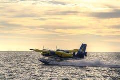 Самолет моря принимая на заход солнца Стоковые Фото