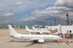 Самолет на авиапорте стоковые изображения rf
