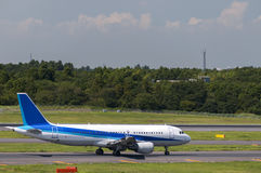 Самолет на авиапорте Narita, токио, Япония Стоковая Фотография