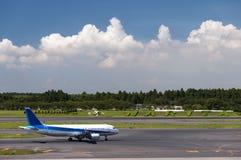 Самолет на авиапорте Narita, токио, Япония Стоковые Фотографии RF