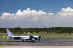 Самолет на авиапорте Narita, токио, Япония Стоковые Изображения