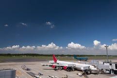 Самолет на авиапорте Narita, Япония Стоковая Фотография