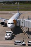 Самолет на авиапорте Narita, Япония Стоковые Фото