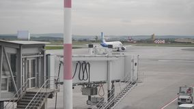 Самолет на взлётно-посадочная дорожка Много самолетов ждать взлет Самолет взлета в авиапорте сток-видео