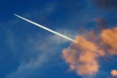 Самолет на заходе солнца в небе Стоковое Изображение RF