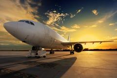 Самолет на заходе солнца - освещенной задней Стоковое фото RF