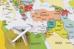 Самолет на карте стоковая фотография rf