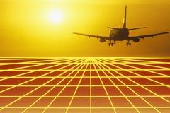 Самолет над решеткой города на заходе солнца Стоковые Изображения RF