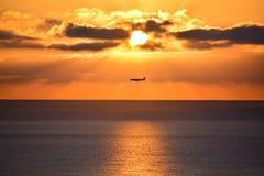 Самолет над среднеземноморским во время восхода солнца Стоковые Изображения