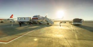 Самолет обслуживаемый в авиапорте стоковые фотографии rf
