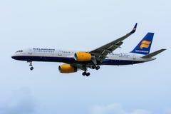 Самолет от Icelandair TF-LLX Боинга 757-200 приземляется на авиапорт Schiphol Стоковые Фотографии RF