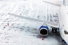Самолет пассажира на зиме авиаполя Стоковое Изображение RF
