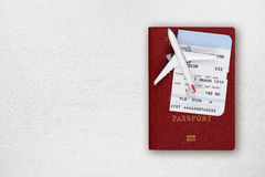 Самолет пасспорта, посадочного талона и игрушки на таблице Стоковые Фото