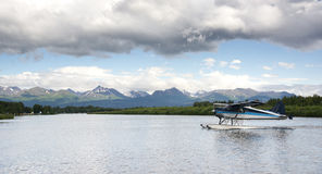 Самолет понтона ездит на такси основание гидросамолета Анкоридж клобука озера Аляска стоковая фотография