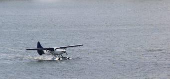 Самолет поплавка на воде стоковая фотография rf