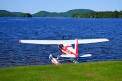 Самолет поплавка на пляже стоковые фото