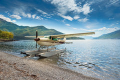 Самолет поплавка причаленный на пляже стоковые изображения rf